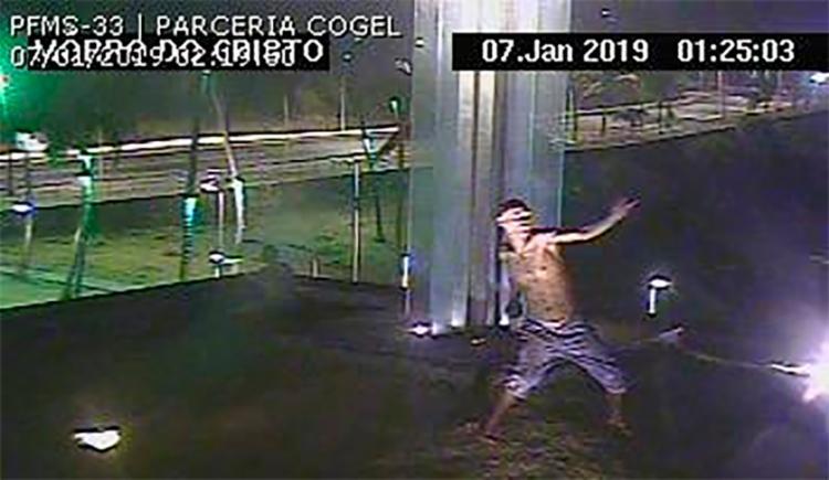 Homem foi flagrado pelas câmeras de segurança da região do Cristo da Barra