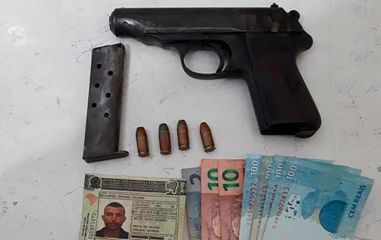 Com o suspeito, foram apreendidos um revólver, munições e dinheiro - Foto: Divulgação | SSP-BA