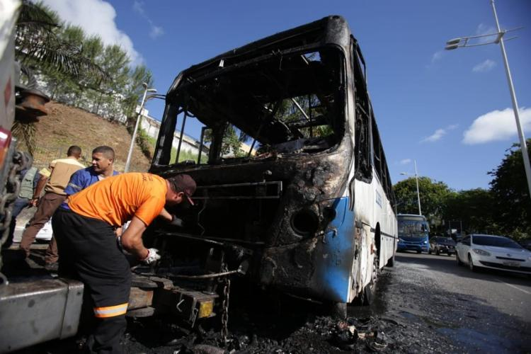 O ônibus pegou fogo após uma pane elétrica - Foto: Raul Spinassé | Ag. A TARDE