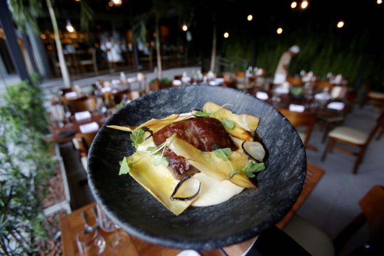 A carne de sol com pirão de leite, chips de aipim e cebola brûlée sai por R$ 72 - Foto: Adilton Venegeroles | Ag. A TARDE