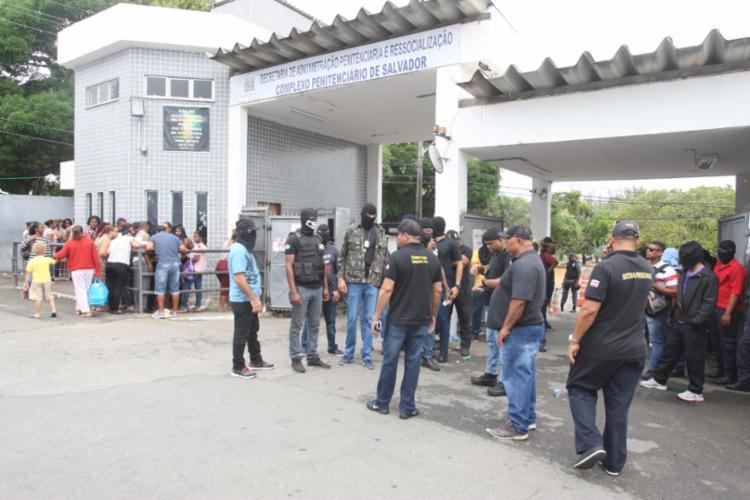Manifestação é feita por profissionais que atuam como monitores de ressocialização prisional - Foto: Reprodução | Record TV