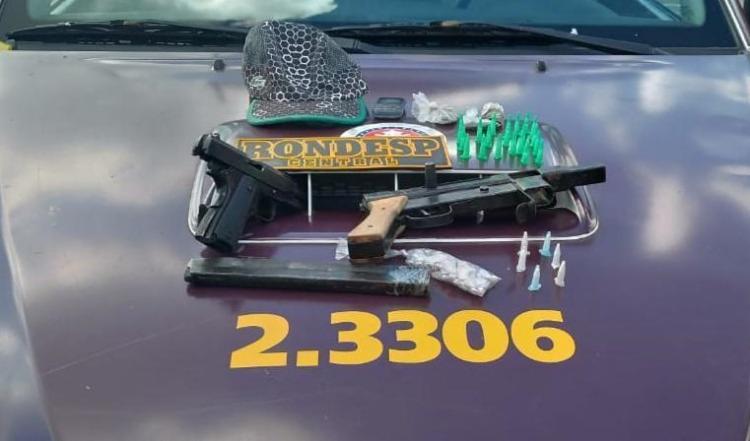 Além da submetralhadora e de uma pistola também foram apreendidos 22 pinos de cocaína e 33 pedras de crack. - Foto: Divulgação | SSP-BA