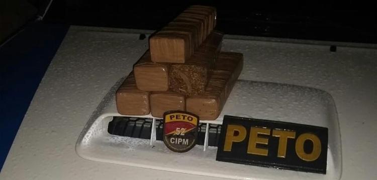 A droga foi encontrada dentro de um veículo, no centro de Lauro de Freitas. - Foto: Divulgação | SSP-BA