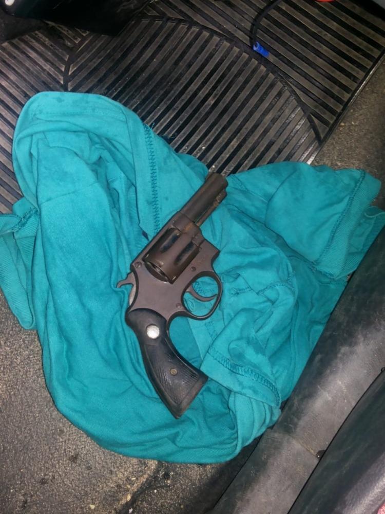 Durante a apreensão, a policia encontrou com Pablo Rodrigo Barral uma revólver com numeração raspada. - Foto: Divulgação | SSP-BA