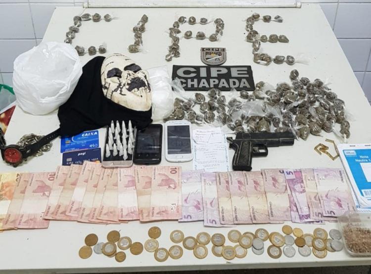 Com os suspeitos foram encontradas drogas, um simulacro de arma de fogo e objetos materiais provenientes da venda de entorpecentes. - Foto: Divulgação | SSP-BA