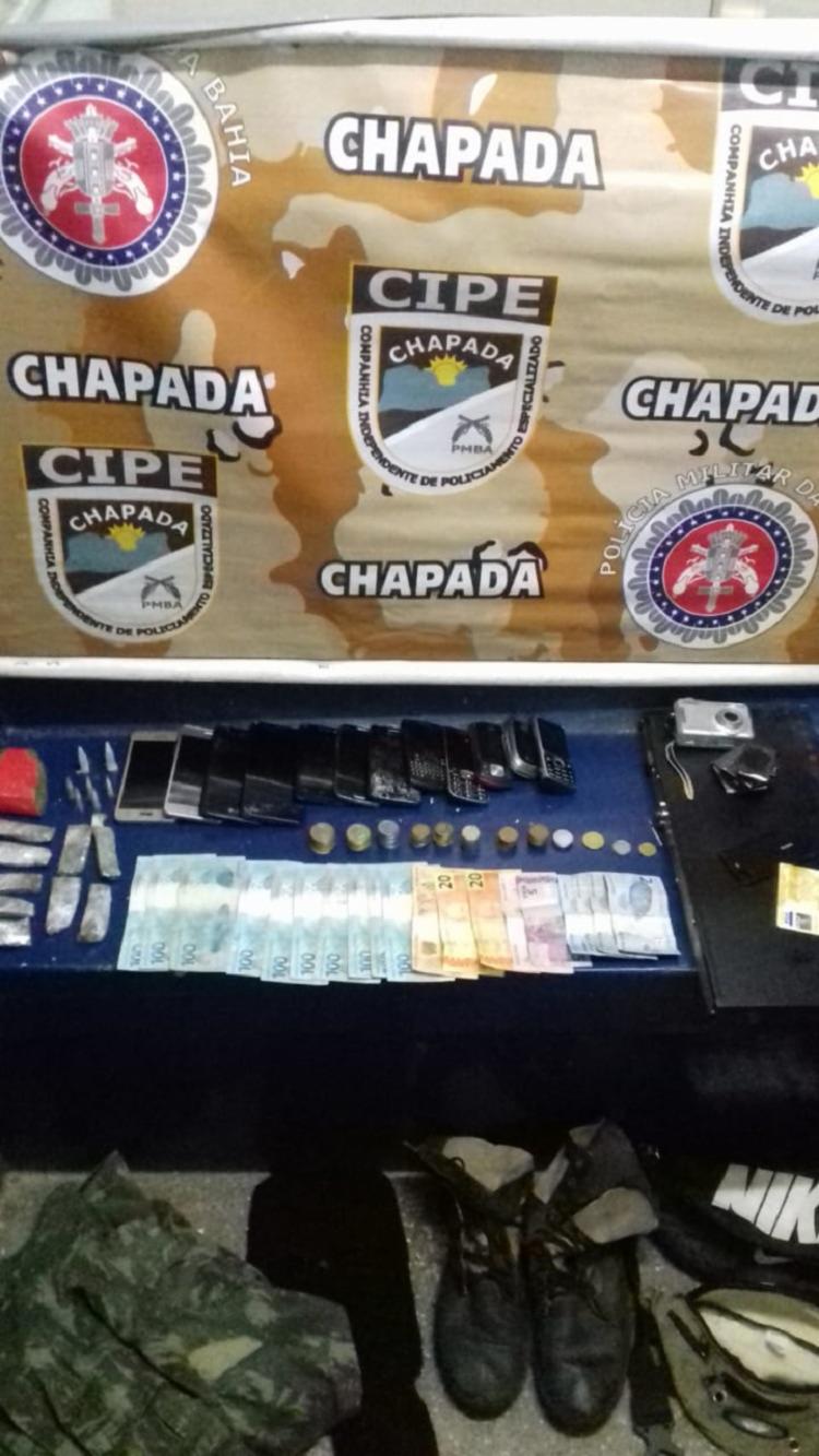 No total, a polícia apreendeu com os suspeitos mil reais, 15 relógios, sete pulseiras e 24 anéis provenientes da venda pelos entorpecentes. - Foto: Divulgação | SSP-BA