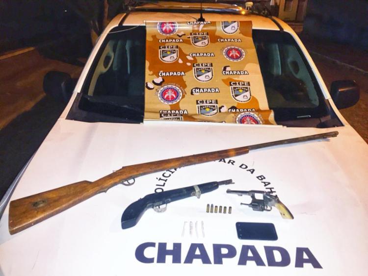 Os policiais encontraram um revólver calibre 32, duas armas artesanais, cinco cigarros de maconha e um celular. - Foto: Divulgação