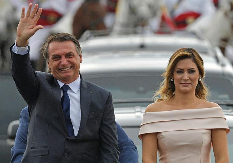 A primeira-dama, Michelle Bolsonaro, esteve ao lado do presidente durante o desfile - Foto: Carl de Souza   AFP