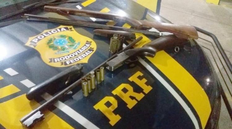 Com o homem foram apreendidos duas espingardas e munições - Foto: Divulgação | PRF