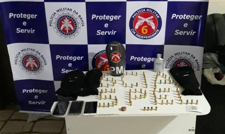 Foram apreendidos quatro aparelhos celulares, munições de calibre 9mm e máscaras - Foto: Divulgação | SSP-BA