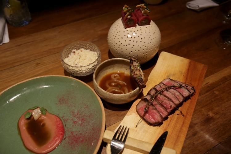 Na foto, o prato principal:purê de ceboloa roxa, bife de chorizo e acompanhamentos