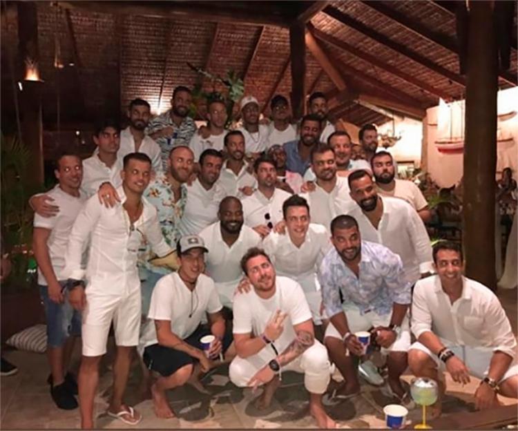Jogador publicou foto com Gabriel Medina, Arthur Melo e outros 24 homens - Foto: Reprodução | Instagram