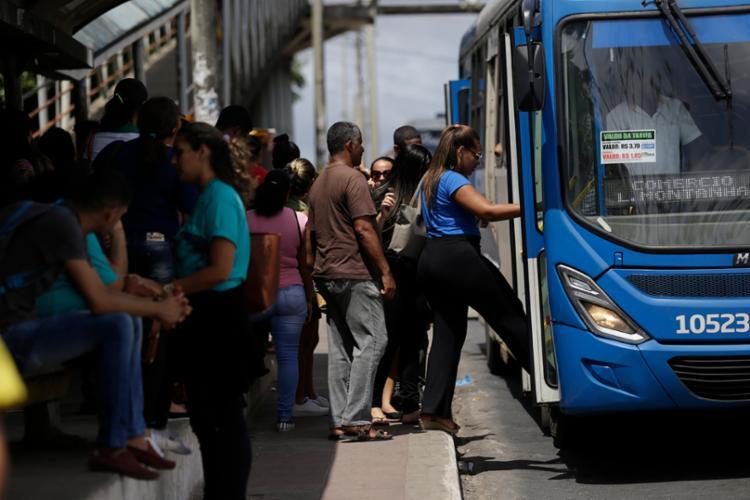 O beneficio tinha o limite de dois policiais por ônibus - Foto: Raul Spinassé | Ag. A Tarde
