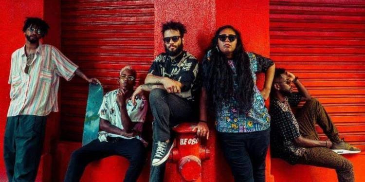 O grupo tem letras politizadas que se misturam a ritmos populares como arrocha e pagode - Foto: Divulgação