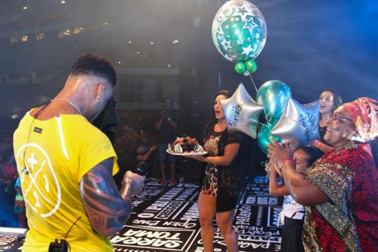 Scheila Carvalho surpreende Tony Salles com bolo de aniversário em encerramento de ensaio de verão do Parangolé