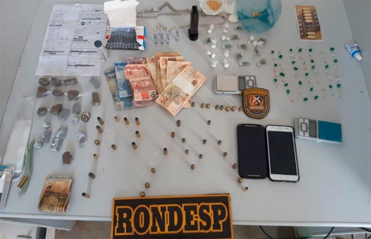 Munições dos calibres 40 e 38, carregador de pistola, R$ 700, balanças, celulares e substâncias para mistura de entorpecentes escondidos em um banco de madeira - Foto: Divulgação   SSP-BA