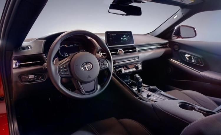 Por dentro, o superesportivo traz elementos dos modelos BMW