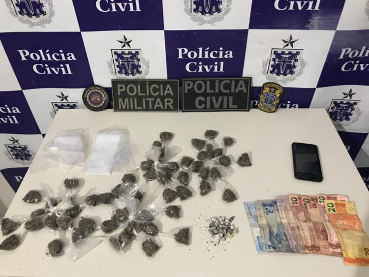 Com o suspeito, foram apreendidas 56 porções de maconha e 27 pedras de crack