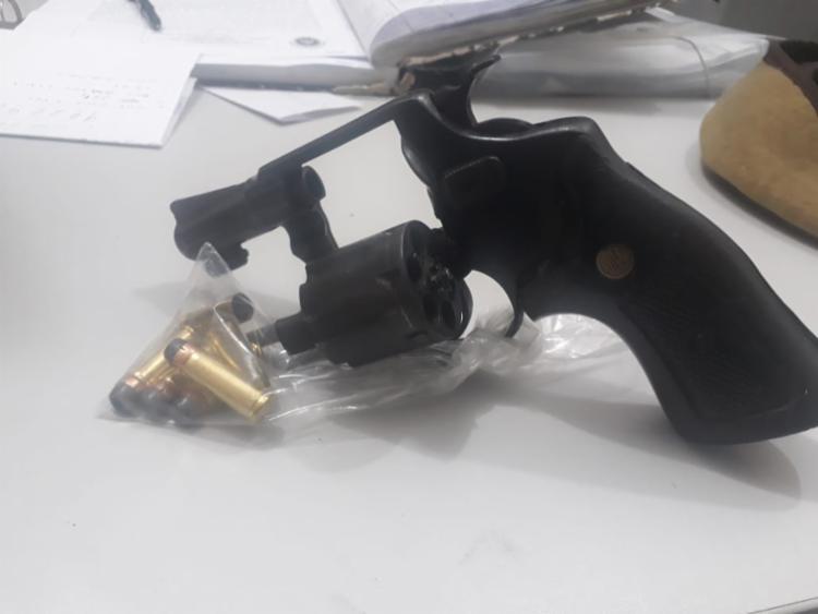 Com o suspeito foi apreendido uma pistola calibre 32, com três munições - Foto: Divulgação | SSP-BA