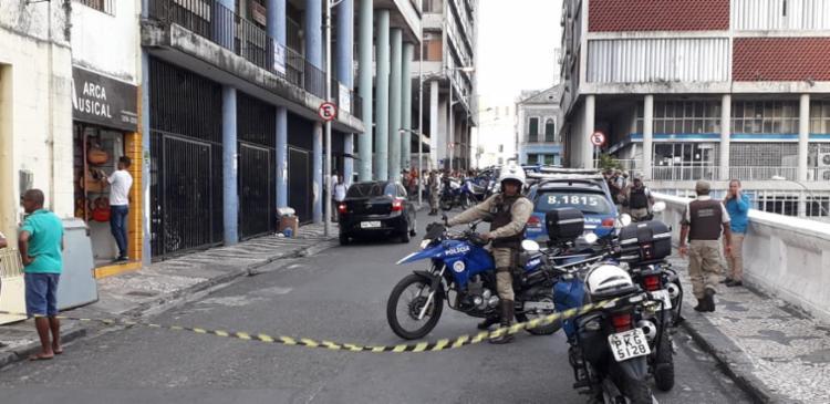 Área foi isolada pela polícia enquanto os suspeitos permaneciam no prédio - Foto: Hieros Vasconcelos Rego | Cidadão Repórter