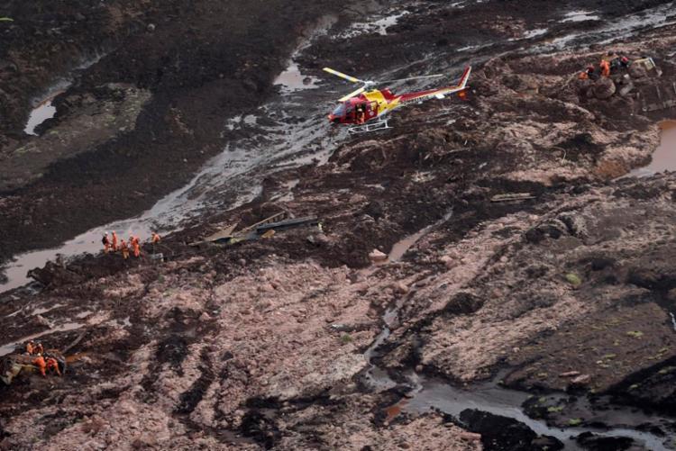 Foram retiradas nove pessoas com vida da lama e cerca de 100 pessoas ilhadas foram resgatadas - Foto: Douglas Magno | AFP