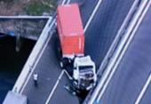 Colisão entre caminhões bloqueia duas faixas na Via Expressa | Foto: Reprodução | TV Record