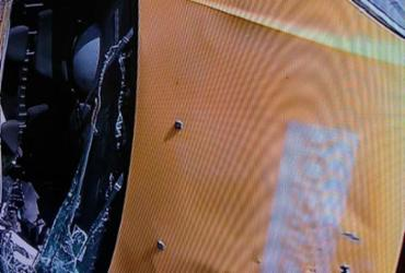 Carro dos Correios capota e deixa motorista ferido na avenida Paralela | Reprodução | TV Record Bahia