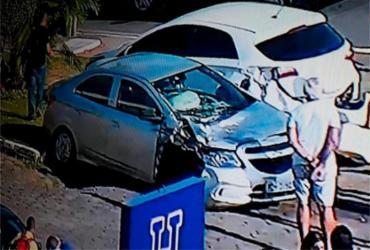 Carro capota após colidir com outro veículo na avenida ACM | Reprodução | TV Record Bahia