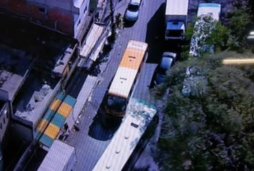 Micro-ônibus pega fogo e congestiona trânsito em São Marcos | Reprodução | TV Record Bahia