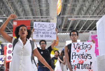 Ato em Salvador pede justiça após morte de jovem em supermercado | Felipe Iruatã | Ag. A TARDE