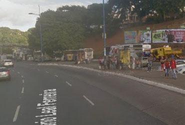 Motorista fica ferido após invadir ponto de ônibus na avenida Bonocô | Google Street View | Reprodução