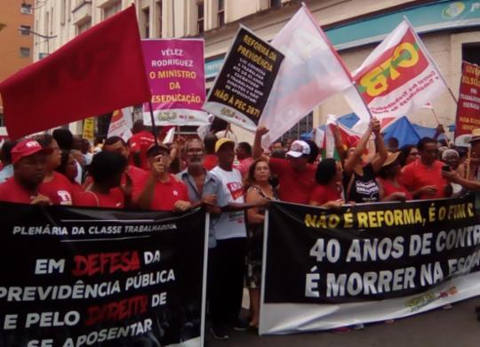 Centrais Sindicais protestam em frente à sede da Previdência Social | Joá Souza | Ag. A TARDE