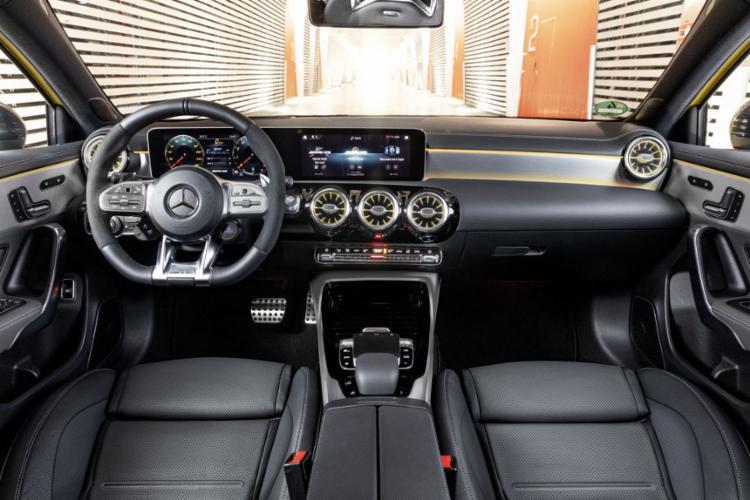 Essa versão ostenta o novo motor turbo de quatro cilindros e 2 litros, que gera 306 cavalos de potência e poderosos 40,8 kgfm de torque, a 3.000 rpm
