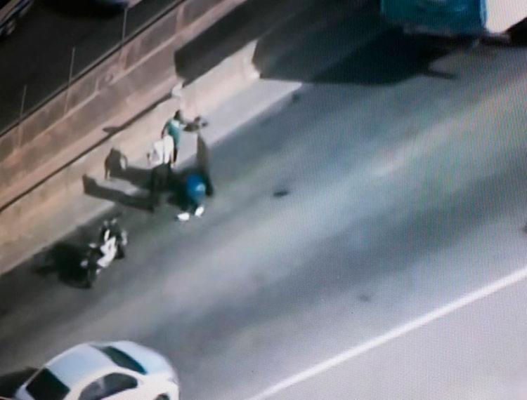 Condutor da moto do último acidente está ferido e esperando atendimento - Foto: Reprodução | TV Record Bahia