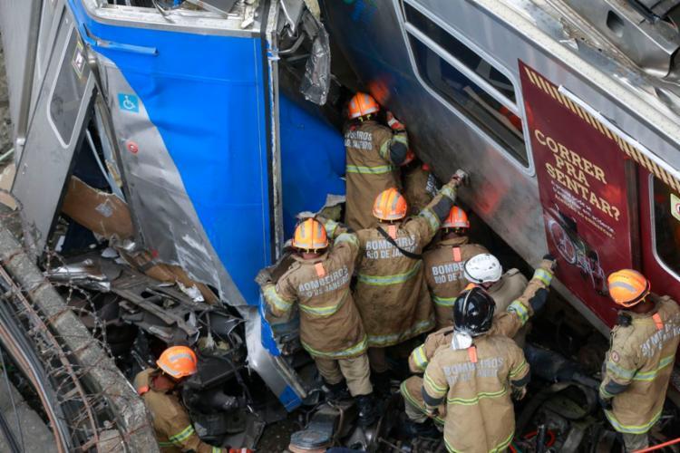 O acidente ocorreu às 6h55 e o maquinista só conseguiu ser retirado das ferragens às 14h30. - Foto: Tânia Regô l Agencia Brasil