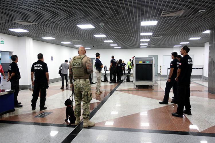 Policiais utilizaram cães farejadores para inspecionar as bagagens dos passageiros - Foto: Divulgação | SSP