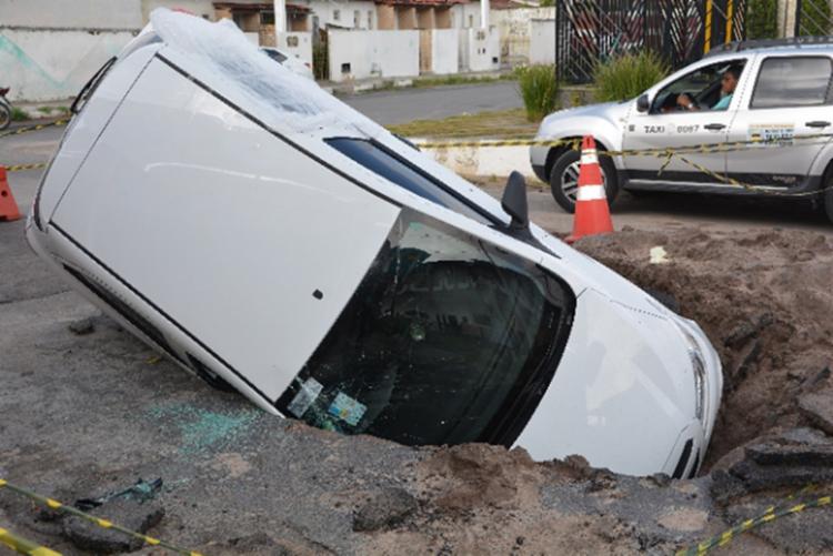 Moradores dizem que o buraco estava mal sinalizado - Foto: Ed Santos | Acorda Cidade