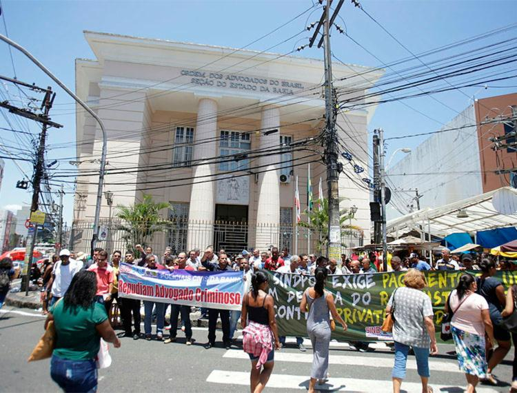 Cerca de 300 policiais protestaram em frente a sede da OAB-BA - Foto: Joá Souza | Ag. A TARDE