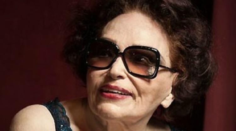 Bibi Ferreira exibia um perfil conhecido: os óculos escuros, braços levantados, físico ligeiramente atarracado, a voz característica - Foto: Reprodução