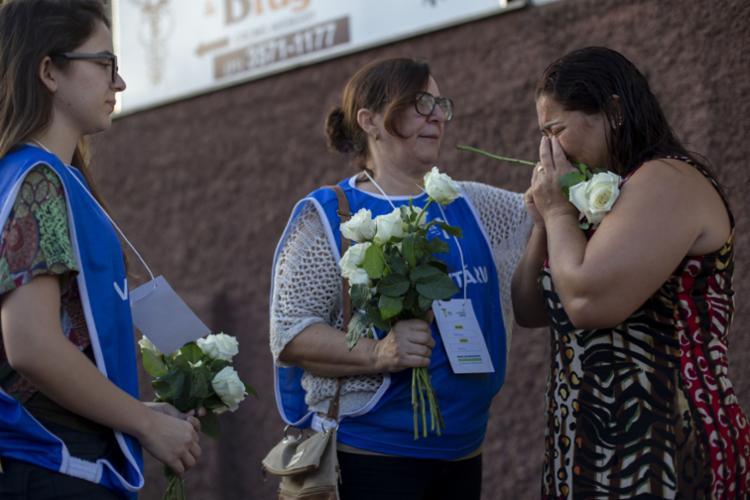Voluntários dão suporte aos familiares de vítimas e desaparecidos - Foto: Mauro Pimentel | AFP