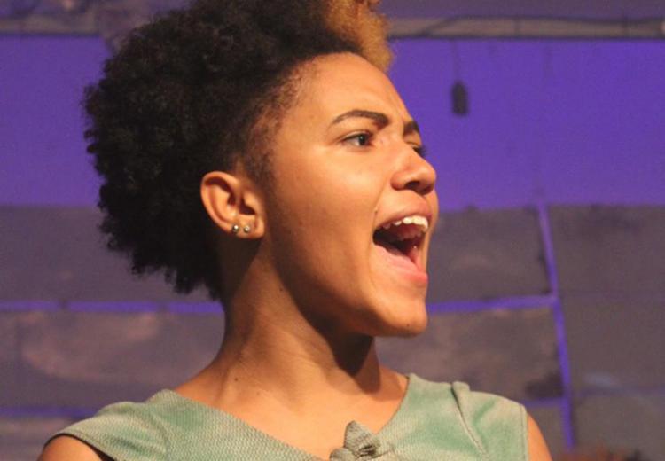 A atriz Natálie Souza é aluna de teatro da Base Comunitária de Segurança (BCS) de Itinga - Foto: Kayala Abreu/Divulgação