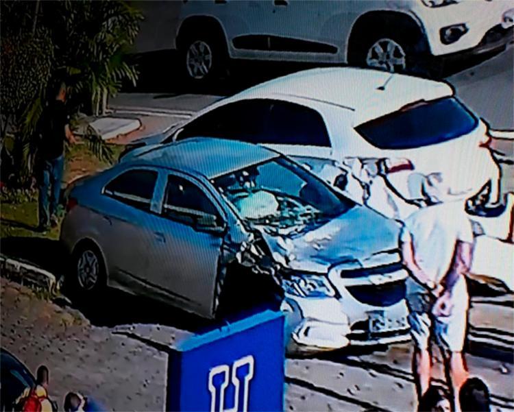 Carro ficou destruído, mas motorista sofreu apenas ferimentos leves - Foto: Reprodução | TV Record Bahia