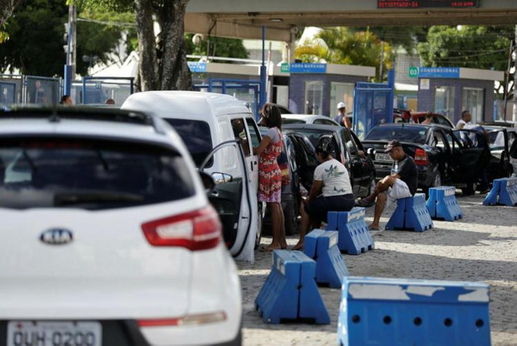 Motoristas esperam até 1h30 na fila do Terminal Bom Despacho - Foto: Raul Spinassé | Ag. A TARDE