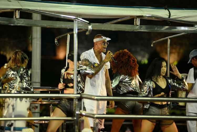 Trio com o artista sai do Clube Espanhol e segue até o Farol da Barra - Foto: Divulgação