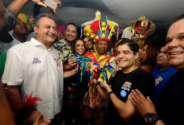 Prefeito ACM Neto entregou as chaves da cidade ao rei da folia em cerimônia realizada nesta quinta-feira, 28, no Campo Grande, com presença do governador Rui Costa - Foto: Valter Pontes | Secom