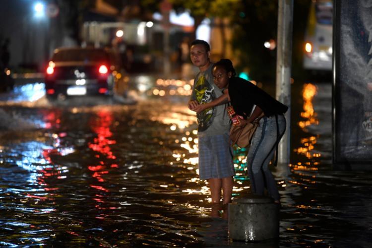 Até a publicação desta matéria, 11 bairros da cidade estavam sem luz, a maioria também na zona oeste - Foto: Mauro Pimentel | AFP