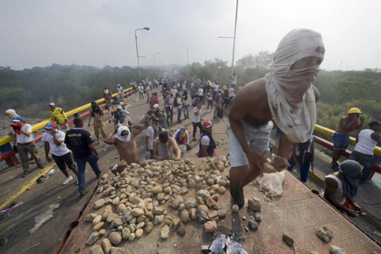 A tomada da ponte ocorre horas após a Colômbia estender por dois dias o fechamento de passagens fronteiriças - Foto: Raul Aborleda | AFP