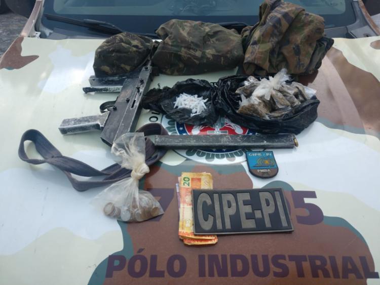 Suspeito estava com arma, munições, drogas e uma quantia em dinheiro - Foto: Divulgação | SSP-BA