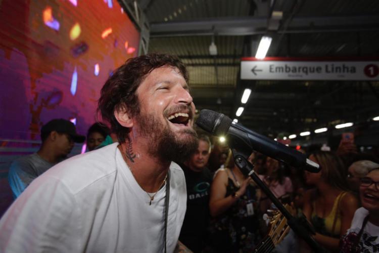 A estação ficou lotada de fãs do artista - Foto: Tiago Caldas | Ag. A TARDE