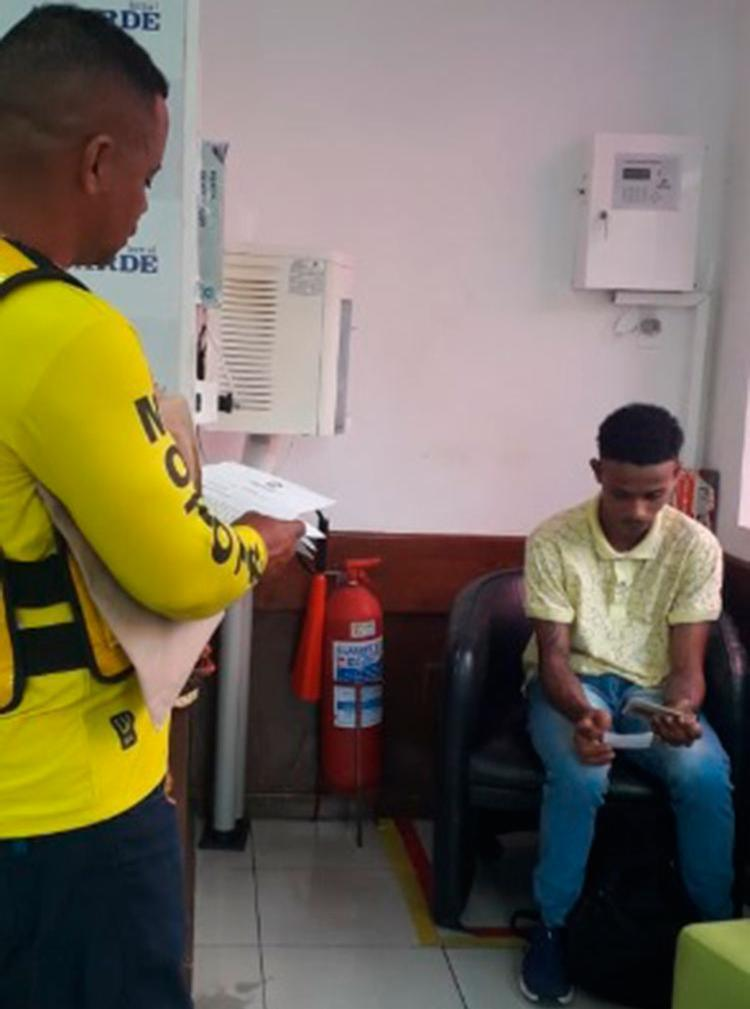 Acompanhado de seu pai Sidnei Dias Oliveira, o jovem procurou a equipe de reportagem do Portal A TARDE para relatar os casos - Foto: Silvânia Nascimento | Ag. A TARDE